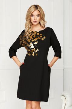 Rochie neagra eleganta midi din stofa cu un croi drept cu buzunare si imprimeuri florale aurii