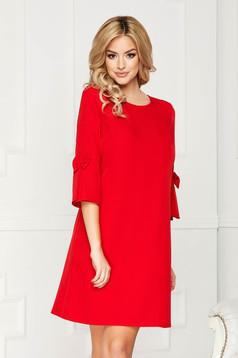 Rochie rosie scurta eleganta din stofa cu un croi drept cu maneci trei-sferturi