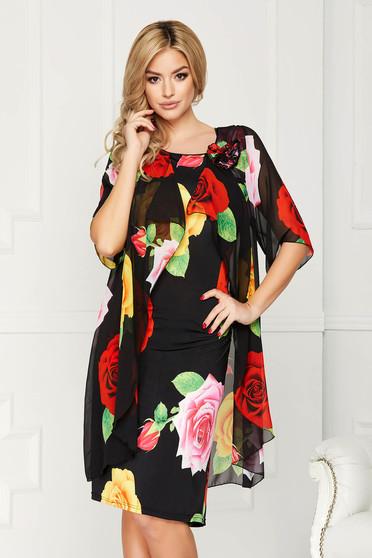 Rochie neagra eleganta midi din voal cu un croi drept cu brosa in forma de floare si imprimeu floral