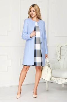Pardesiu albastru-deschis elegant scurt din lana cu un croi drept si buzunare