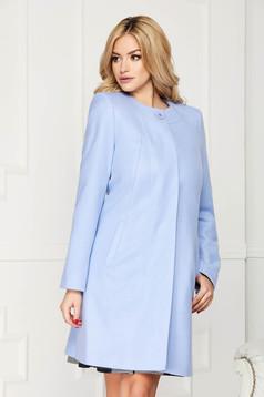 Trench albastru-deschis elegant scurt din lana cu un croi drept si inchidere cu un nasture