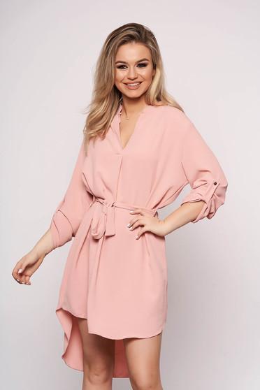 Rochie SunShine de zi roz prafuit cu un croi drept asimetrica cu maneci lungi si accesorizata cu cordon