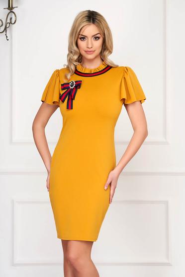 Rochie SunShine mustarie eleganta scurta tip creion din stofa cu maneca scurta si accesorizata cu brosa