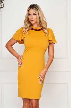 Dress mustard accessorized with breastpin short sleeve pencil short cut cloth elegant