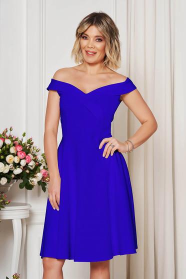 Rochie StarShinerS albastra midi de ocazie din stofa usor elastica in clos cu umeri goi