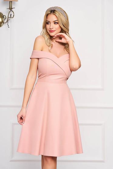 Rochie StarShinerS roz prafuit midi de ocazie din stofa usor elastica in clos cu aplicatii cu sclipici si umeri goi