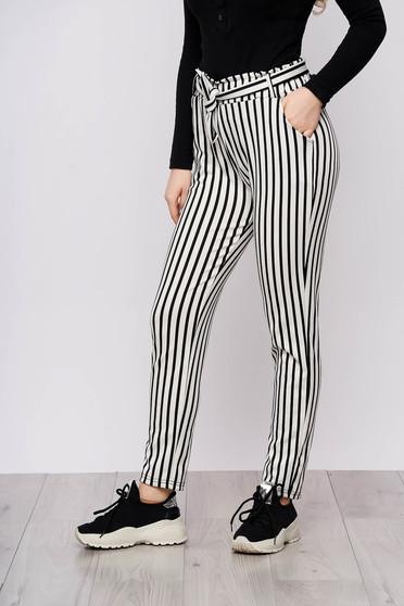 Pantaloni SunShine albi casual din material subtire cu buzunare cu cordon detasabil si imprimeu cu dungi