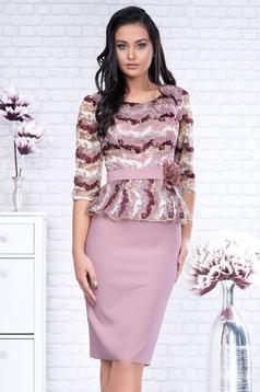 Rochie roz prafuit de ocazie tip creion din stofa cu peplum cu maneci trei-sferturi si accesoriu tip curea