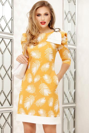 Rochie Fofy galbena office scurta cu croi in a cu imprimeuri florale accesorizata cu brosa
