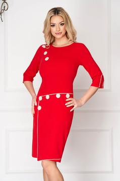 Rochie rosie de zi scurta cu un croi drept accesorizata cu nasturi
