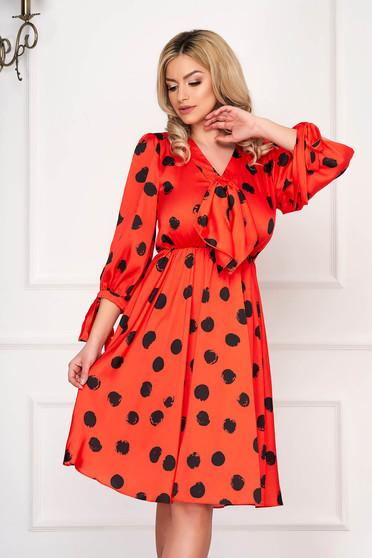 Rochie portocalie eleganta midi in clos din satin cu buline si elastic in talie