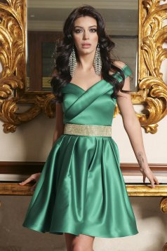 Green dress from satin cloche short cut off-shoulder occasional accessorized with a waistband