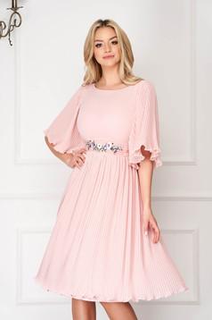 Rochie StarShinerS roz prafuit eleganta midi din voal plisat cu cordon brodat in atelierele StarShinerS