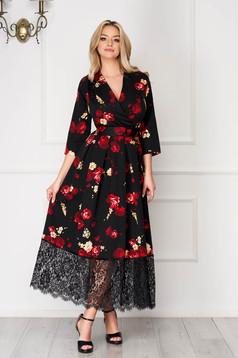 Rochie neagra eleganta lunga in clos cu aplicatii de dantela si decolteu petrecut