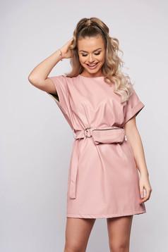 Rochie SunShine roz casual scurta din piele ecologica cu croi drept si accesoriu tip curea