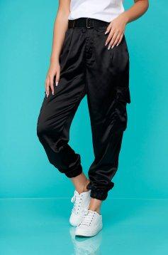 Pantaloni SunShine negri casual conici din satin cu buzunare si accesoriu tip curea
