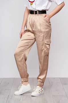 Pantaloni SunShine crem casual conici din satin cu buzunare si accesoriu tip curea