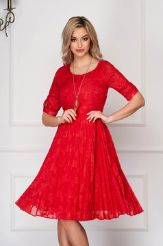 Rochie rosie eleganta midi plisata in clos din dantela cu accesoriu tip colier