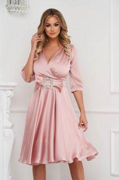 Rochie PrettyGirl roz deschis eleganta midi in clos din satin accesorizata cu o catarama