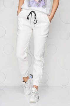 White trousers with pockets with medium waist thin fabric