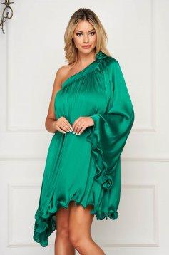 Rochie verde asimetrica de ocazie cu croi larg din material satinat