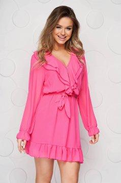 Rochie fuchsia eleganta scurta din voal in clos cu volanase la baza rochiei