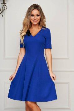 Rochie StarShinerS albastra eleganta midi in clos cu decolteu in v din stofa usor elastica cu aplicatii florale