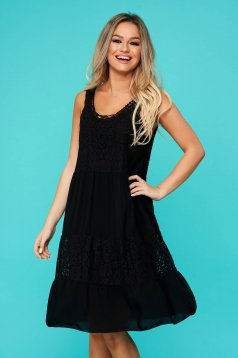 Black dress daily flared with rounded cleavage with lace details