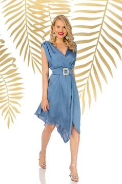 Rochie PrettyGirl albastra eleganta asimetrica in clos cu decolteu in v accesorizata cu cordon