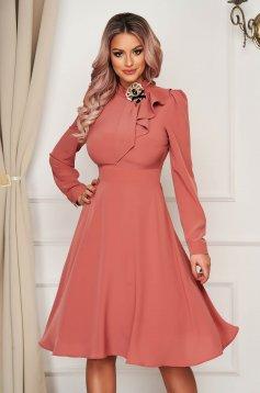 Rochie PrettyGirl roz prafuit eleganta in clos din voal accesorizata cu brosa