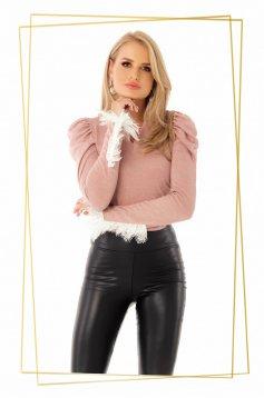 Bluza dama PrettyGirl roz prafuit casual cu un croi mulat cu decolteu in v din material tricotat cu aplicatii de dantela
