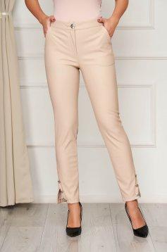 Pantaloni PrettyGirl crem cu talie medie cu un croi mulat accesorizati cu nasturi