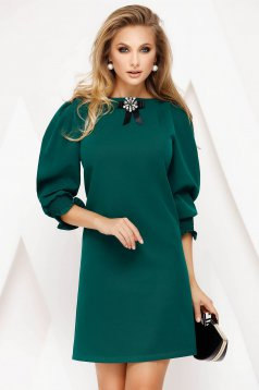 Short cut green elegant dress straight thin fabric accessorized with breastpin