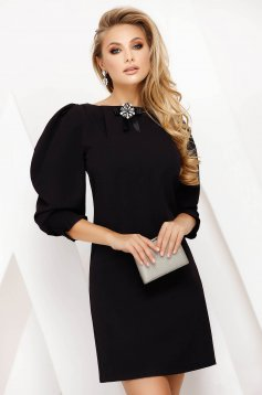 Short cut black elegant dress straight thin fabric accessorized with breastpin
