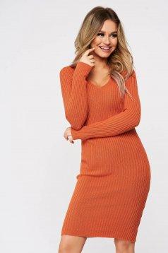 Rochie SunShine caramizie tricotata din material elastic fin si reiat cu decolteu in v
