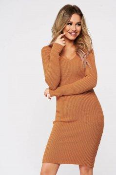 Rochie SunShine maro tricotata din material elastic fin si reiat cu decolteu in v