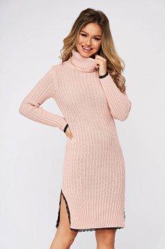 Rochie roz deschis din material tricotat cu cusaturi in material cu aplicatii de dantela si cu slit lateral