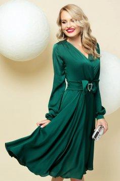 Rochie PrettyGirl verde din satin decolteu petrecut in v cu accesoriu tip curea in clos