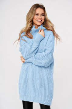 Lightblue sweater with turtle neck with easy cut knitted fabric from thick fabric casual