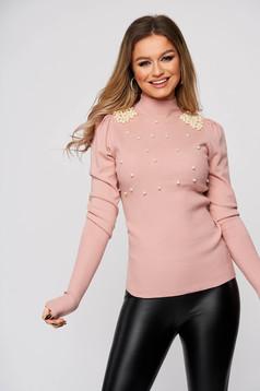 Pulover roz prafuit din material elastic si fin reiat pe gat mulat cu aplicatii cu perle