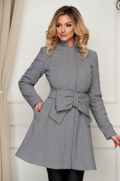 Grey coat cloche elegant accessorized with tied waistband with pockets