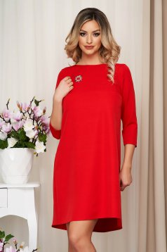 Dress StarShinerS red cloth loose fit accessorized with breastpin