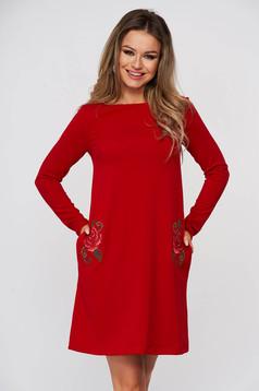 Rochie StarShinerS rosie scurta de zi cu un croi drept cu buzunare si broderie florala