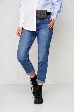 Blue jeans accessorized with belt high waisted loose fit