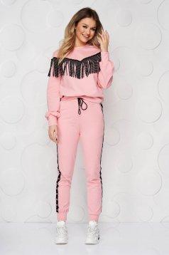 Trening roz deschis cu croi larg cu franjuri pe bluza si capse pe pantaloni