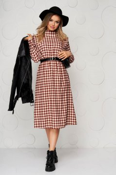 Midi brown cloche dress with elastic waist with chequers accessorized with belt