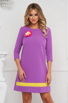 StarShinerS loose fit purple nonelastic fabric dress accessorized with breastpin