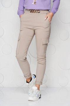 Pantaloni SunShine crem conici cu buzunare cu elastic in talie si cu accesoriu metalic