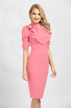 Rochie PrettyGirl roz deschis din material usor elastic tip creion cu volanase accesorizata cu brosa