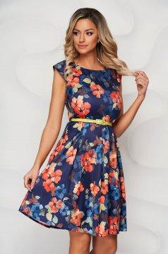 Rochie albastra cu imprimeu floral din material usor elastic in clos cu accesoriu tip curea